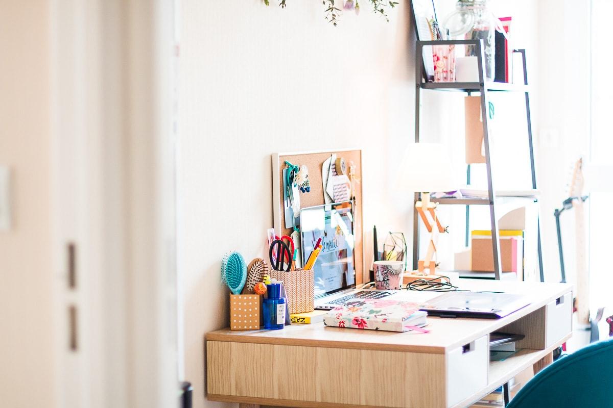 Sur mon bureau : des fleurs & du rangement