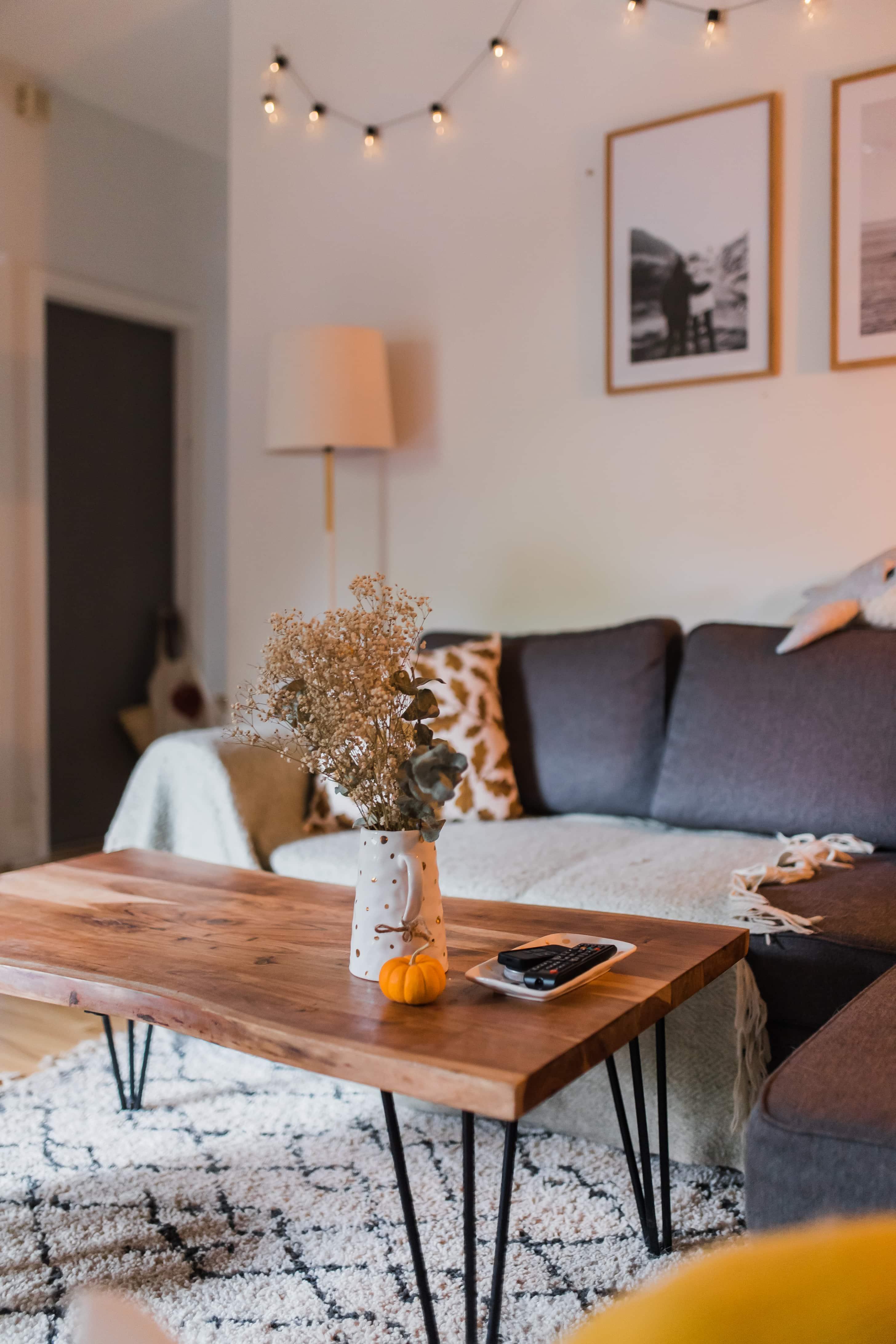 Comment Disposer Des Cadres Au Dessus D Un Canapé la décoration de notre salon montréalais - la mouette | blog